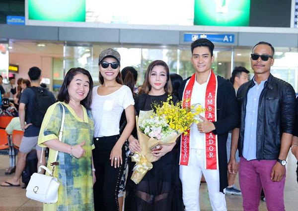Lương Gia Huy rạng rỡ tại sân bay sau đăng quang nam vương Đại sứ Hoàn vũ