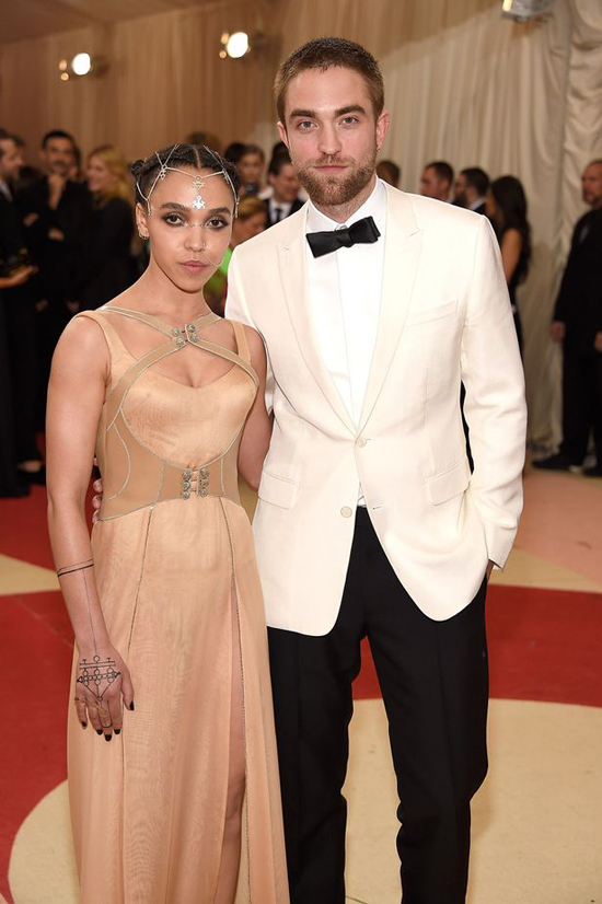 robert-pattinson-da-lang-le-chia-tay-vi-hon-the-fka-twigs