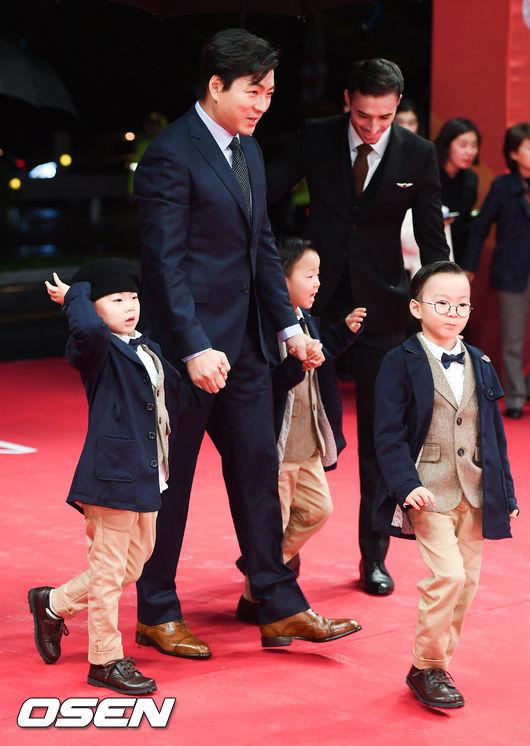 Sao nhí 'Gia đình là số 1' bất ngờ lột xác đầy gợi cảm trên thảm đỏ Busan