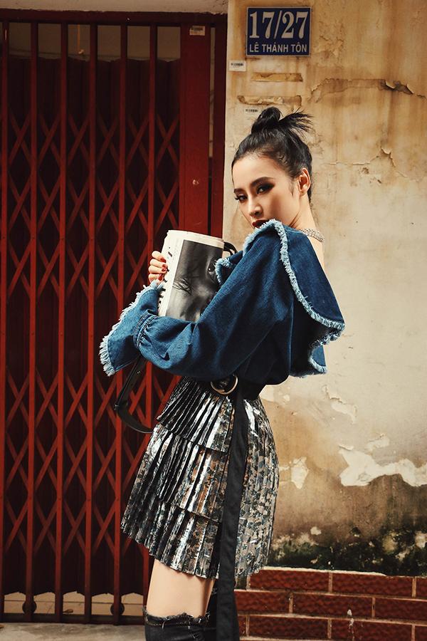 Nắm bắt nhanh nhạy dòng chảy của trào lưu mới, Angela Phương Trinh đã tậu ngay cho mình những kiểu chân váy trẻ trung để khoe chân dài sexy.
