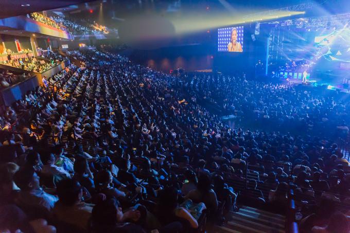 hong-ngoc-xuc-dong-cung-em-trai-hat-tang-me-trong-live-concert-20-nam-10