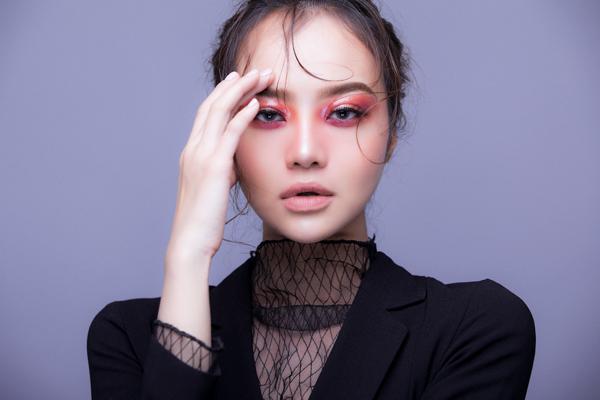 Bộ ảnh được thực hiện với sự hỗ trợ của Make up: Tani Tran, Stylist: Chí Cường, Photo: Sĩ Hiếu.
