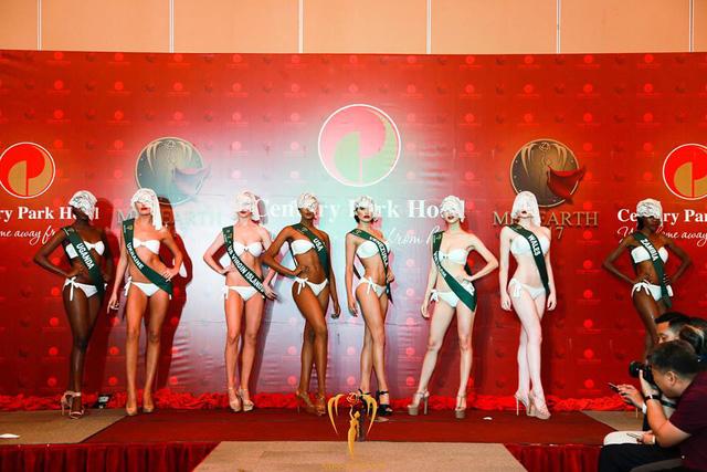 ha-thu-va-cac-thi-sinh-miss-earth-deo-mang-trinh-dien-bikini-2
