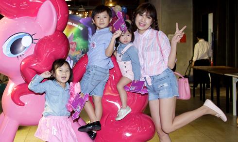Minh Hà tết tóc hai bím như thiếu nữ, dắt 3 con đi xem phim
