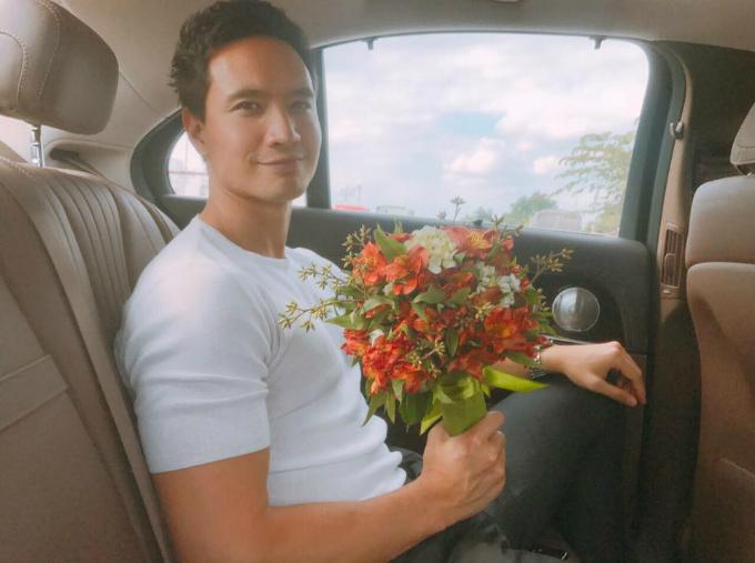 Kim Lý cầm bó hoa rạng rỡ tới tặng Hồ Ngọc Hà và chia sẻ: Love you em yêu.