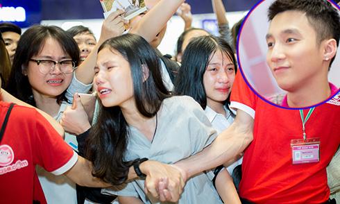 Các cô gái trẻ Hà Nội khóc nấc khi được đứng gần Sơn Tùng M-TP