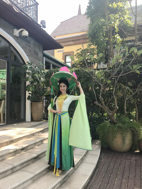 Khác xa với hình ảnh được chăm chút kỹ lưỡng ở studio, Đỗ Mỹ Linh bị chê già trước tuổi và sến với thiết kế áo cách tân lấy cảm hứng từ vẻ đẹp của đóa sen. Đồng thời
