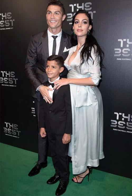 Bà bầu 22 tuổi duyên dáng bên C. Ronaldo và nhóc Cristiano Jr