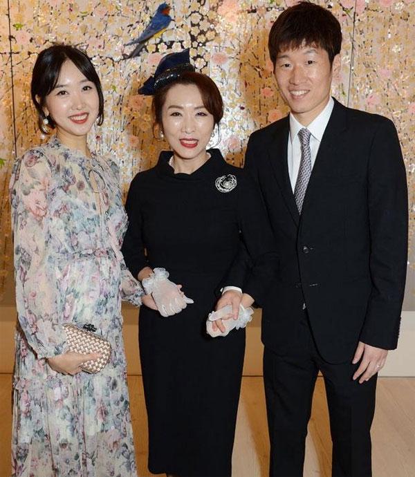 Vợ chồng Park Ji Sing bên bà
