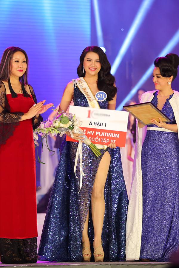 Á hậu 1 Nguyễn Thị Diệu Thuỳ nhận thưởng 300 triệu đồng.