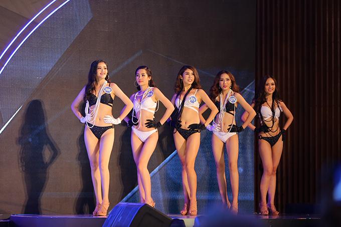 Trước đó, 30 thí sinh lần lượt trải qua hai phần thi Trình diễn áo dài, Trình diễn áo tắm.