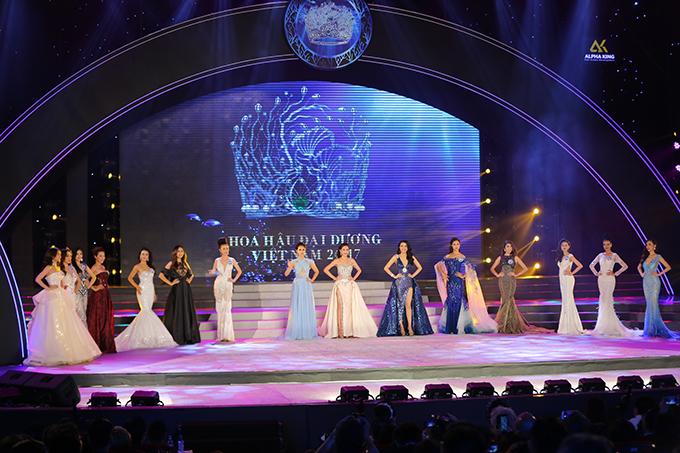 Sau đó, ban giám khảo công bố top 15 vào phần thi Trang phục dạ hội.