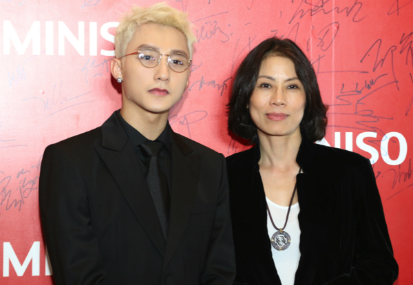 Sơn Tùng M-Tp thân thiện chụp ảnh cùng bà Lê Thị Ngọc Hải - Tổng giám đốc Lê Bảo Minh.