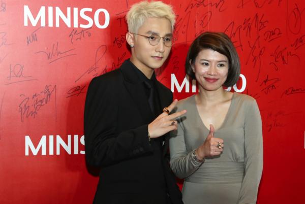 Sơn Tùng M-TP thân thiện cùng bà Dương Thị Thanh Tâm  Tổng giám đốc công ty.
