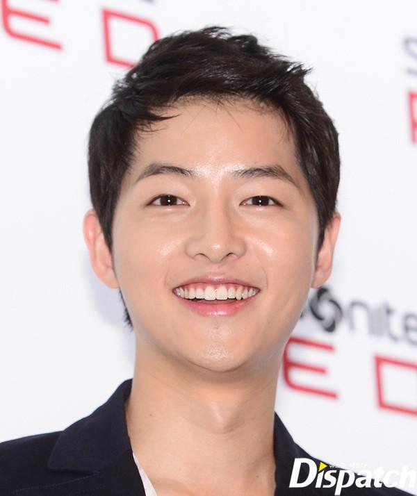 Làn da không tỳ vết của Song Joong Ki khiến rất nhiều bạn diễn nữ ghen tị. Park Bo Young, bạn diễn trong phim A Werewolf Boy từng hỏi