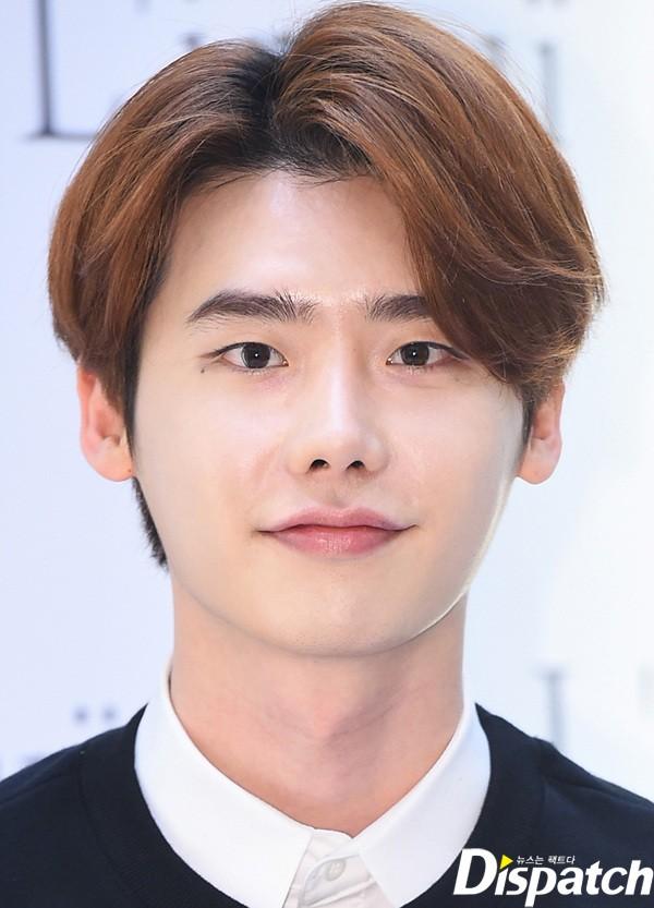 Lee Jong Suk từng chia sẻ trong một show truyền hình thực tế rằng anh trộn bột trà xanh với sữa rửa mặt để làm sạch sâu và chống lão hóa cho da. Anh chàng còn thường xuyên thoa kem dưỡng mắt để hạn chế quầng thâm và nếp nhăn.