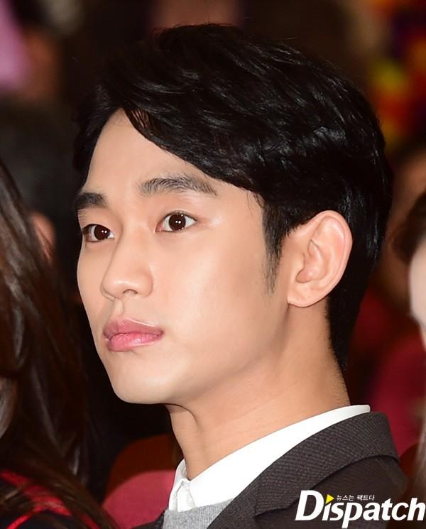 Kim Soo Hyun là fan của các loại mặt nạ dưỡng da. Mỗi khi không thể ngủ đủ giấc, anh chàng sẽ đắp mặt nạ để bổ sung dưỡng chất cho da, giúp da không bị xỉn màu.