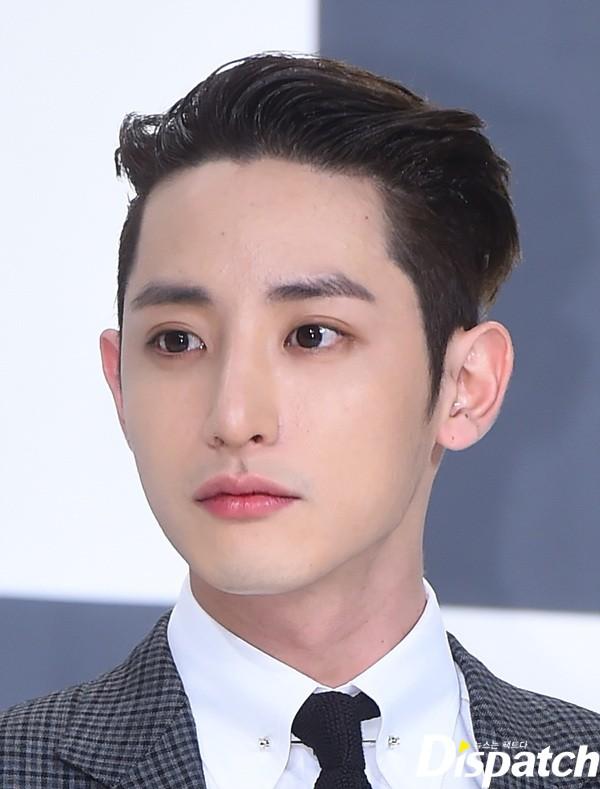 Lee Soo Hyuk có làn da trắng mịn, đôi môi đỏ hồng khiến không ít chị em ghen tị. Xuất thân từ người mẫu, thường xuyên phải trang điểm nên anh chàng rất có ý thức trong việc chăm sóc da. Ngoài rửa mặt và dùng kem dưỡng,