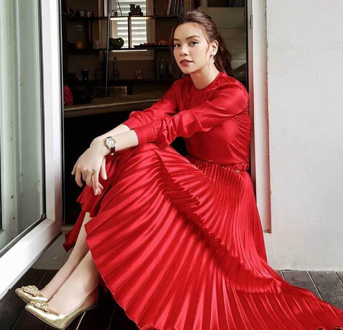 Hồ Ngọc Hà chào ngày mới với bộ đầm đỏ sang trọng, nổi bật.