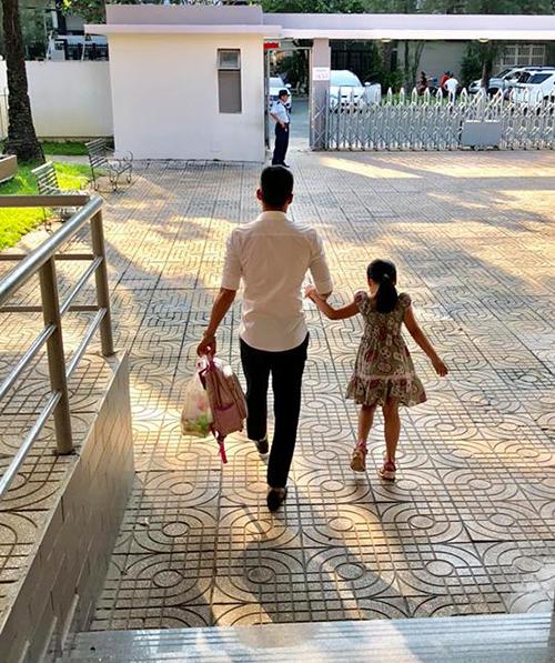 Dù bận rộn nhưng Công Vinh vẫn dành thời gian tới trường đón con gái Bánh Gạo tan học.