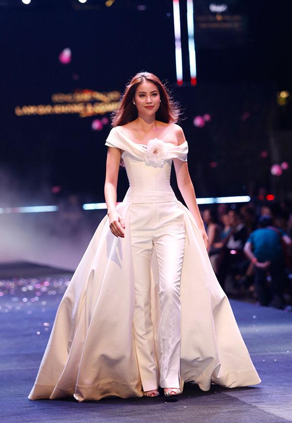 Phạm Hương làm vedette trình diễn BST của Lâm Gia Khang