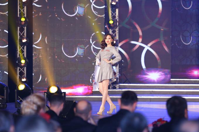 khanh-ngan-xuc-dong-trong-thoi-khac-duoc-xuong-ten-miss-globe-2017-10