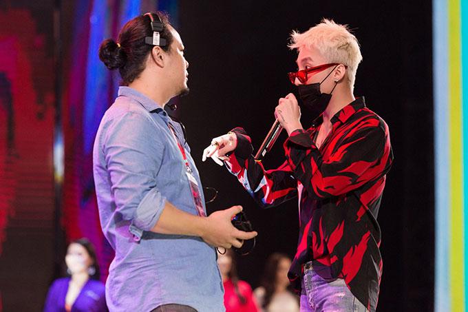 Trong suốt buổi tổng duyệt, nam ca sĩ 9x tỏ ra rất chuyên nghiệp. Anh thường xuyên trao đổi với đạo diễn, biên đạo của chương trình để chuẩn bị thật kỹ lưỡng, chi tiết cho màn trình diễn của mình trong đêm bán kết Hoa hậu Hoàn vũ 2017.