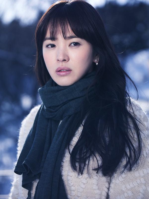 Năm 2013, Song Hye Kyo chính thức lăng xê mốt tóc mái mưa qua bộ phim Ngọn gió đông năm ấy.