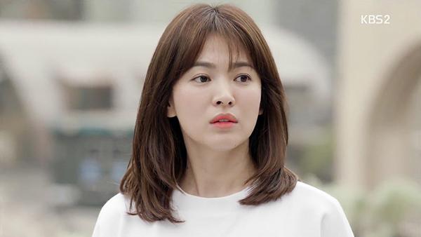 Với bộ phim đã se duyên cho cô và chàng đại uý điển trai Song Joong Ki, Song Hye Kyo lăng xê kiểu tóc dài ngang vai uốn thẳng tự nhiên kết hợp với mái mưa