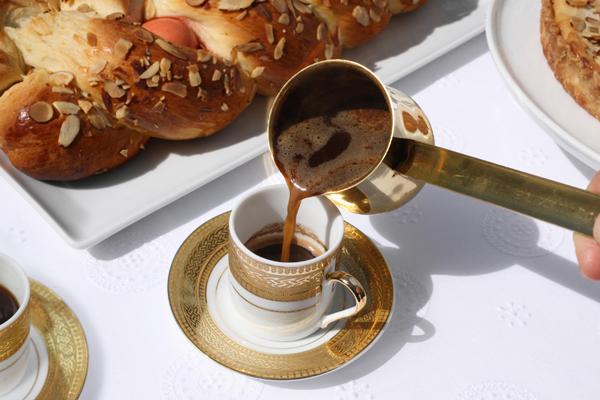 hực phẩm giàu caffeine như cà phê, ca cao, trà, chocolate đen sau 19h sẽ làm rối loạn chu kỳ giấc ngủ, tăng nguy cơ mắc bệnh tim mạch và khiến bạn khó giảm cân.