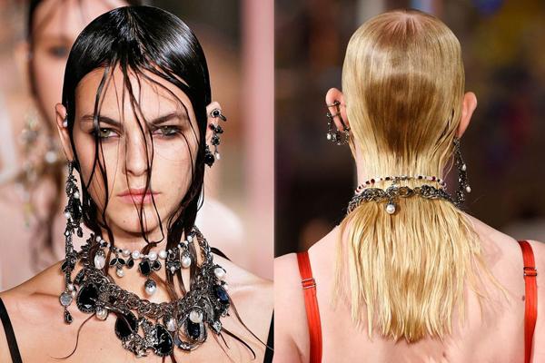 Nhà mốt Alexander McQueen cũng chung ý tưởng sử dụng những lọn tóc ướt buông xõa tự nhiên trước mặt để tạo vẻ đẹp huyền bí.
