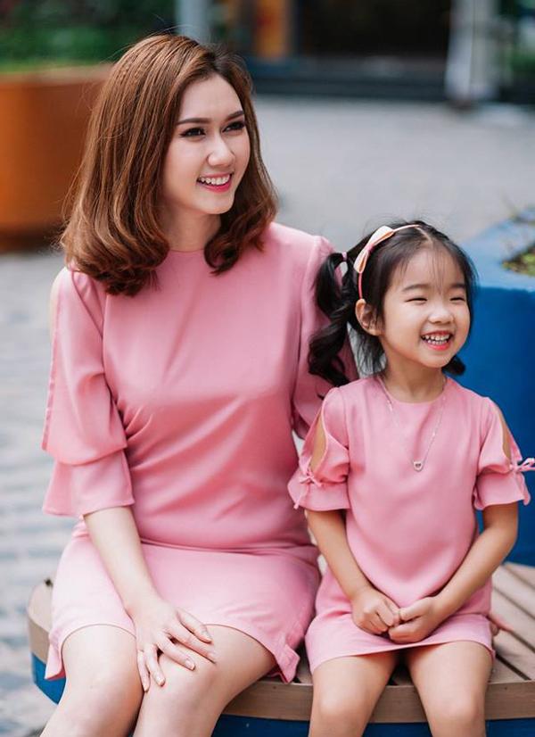 huong-giang-song-chung-voi-me-chong-dinh-tu-thuc-dem-cham-con-toi-om