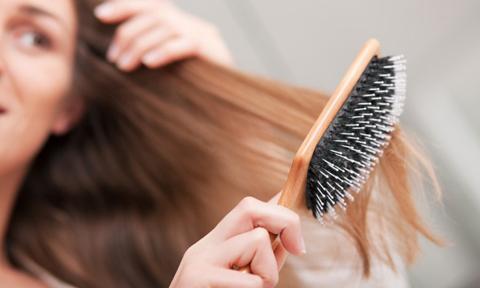 Mẹo gỡ sạch tóc rối trên lược tròn chỉ sau 1 phút
