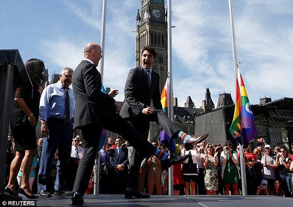 Ông Trudeau nổi tiếng là người tham gia nhiều hoạt động thúc đẩy vai trò của giới trẻ, ủng hộ đa văn hóa, bảo vệ quyền lợi của người nhập cư và bảo vệ môi trường, chống biến đổi khí hậu. Tại một sự kiện ủng hộ cộng đồng LGBT (những người đồng tính, song tính, chuyển giới), ông mang tất cầu vồng - màu sắc biểu tượng của cộng đồng này.