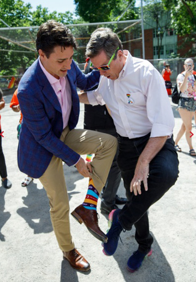 Hình ảnh Thủ tướng Canada đi đôi tất sọc ngang cầu vồng, in chữ Eid Mubarak tại lễ diễu hành Gay Pride Parade ở Toronto hồi cuối tháng sáu được New York Times đánh giá là nghệ thuật đỉnh cao trong việc truyền tải thông điệp ý nghĩa. Bởi sự kiện này trùng khớp với lễ hội Eid al-Fitr của người Hồi giáo. Eid Mubarak có nghĩa là lời chào của người Hồi giáo dành cho nhau.  Thủ tướng Canada tôn vinh hai cộng đồng chỉ bằng một đôi tất. Đồng thời, ông cũng ủng hộ công ty sản xuất tất địa phương Halal Socks. Tất cả điều này không phải ngẫu nhiên - New York Times viết.