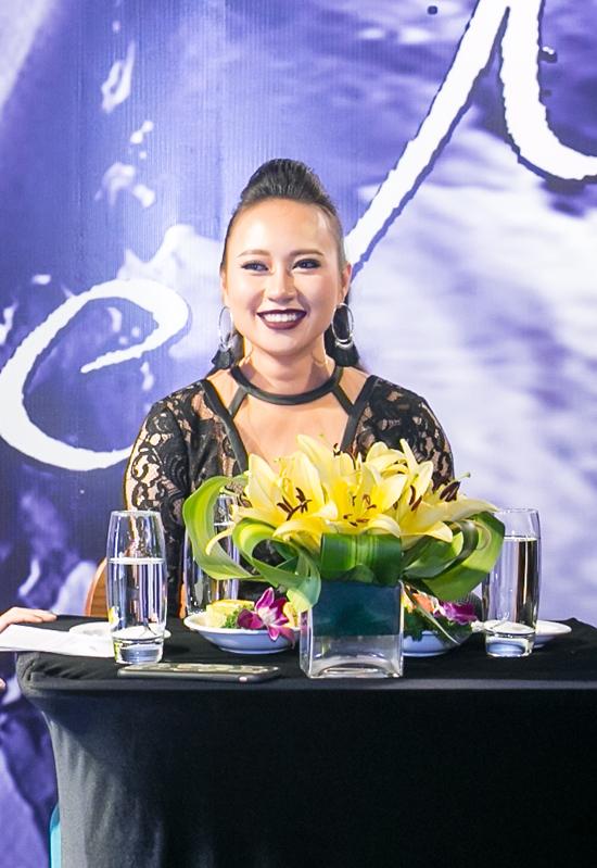 Ca sĩ Khánh Linh tình cảm với ông xã