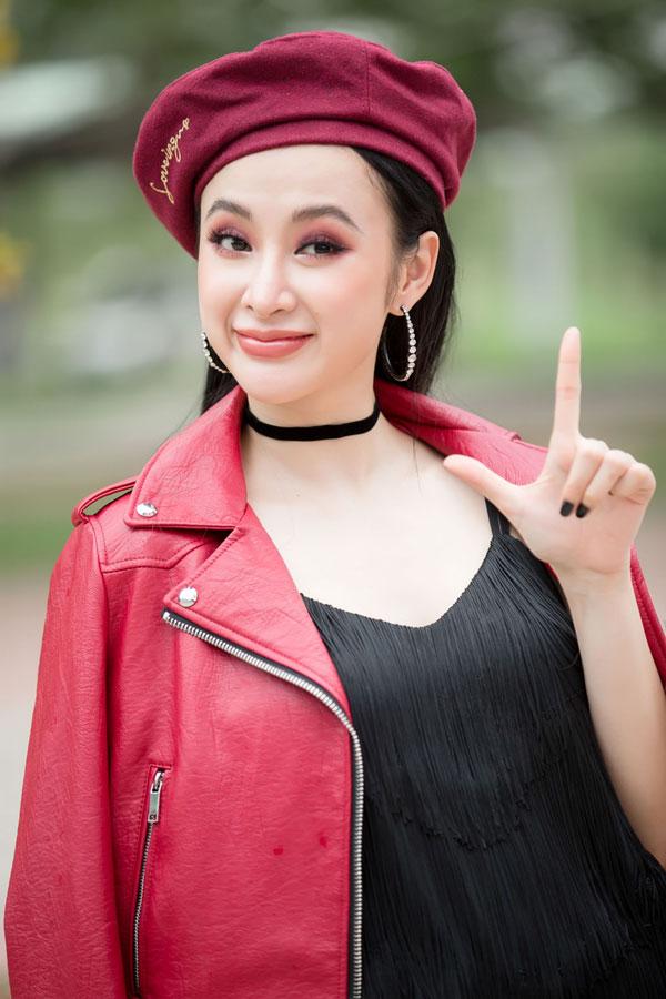 Angela Phương Trinh - Hữu Vi 'khóa môi' nhau trước hàng trăm sinh viên