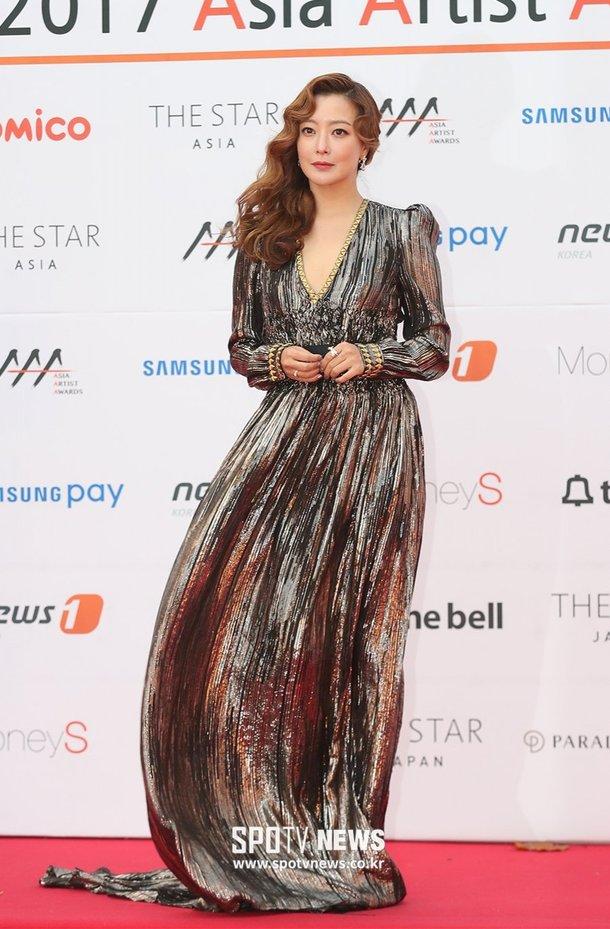 Chiều nay 15/11, diễn viên Kim Hee Sun xuất hiện trên thảm đỏ2017 Asian Artist Awards