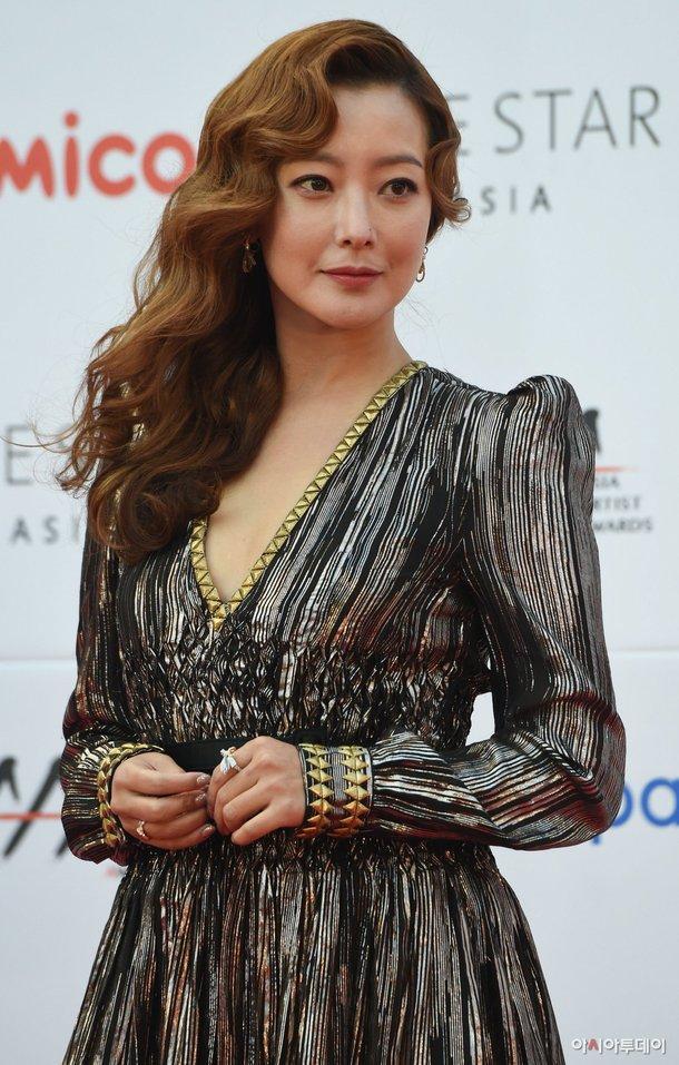 kim-hee-sun-khoe-sac-tren-tham-do-asian-artist-awards-1