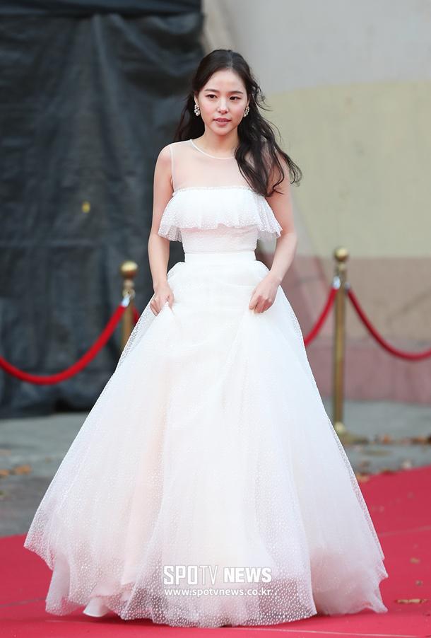kim-hee-sun-khoe-sac-tren-tham-do-asian-artist-awards-2