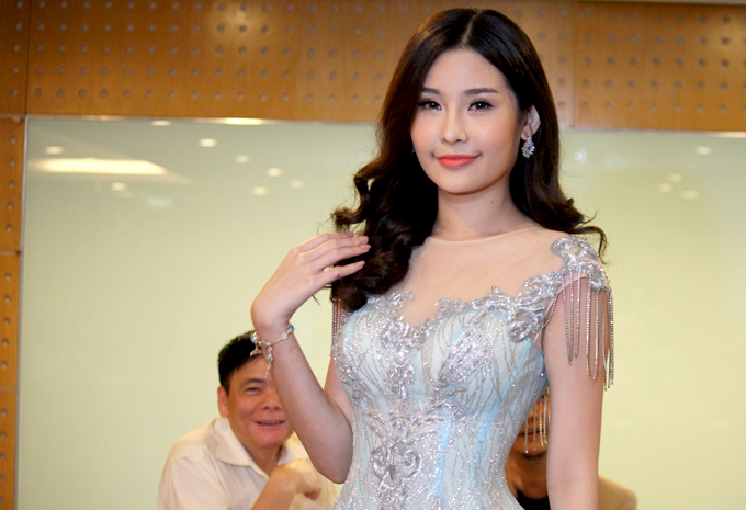 Hoa hậu Ngân Anh trong buổi họp báo chiều 15/11.