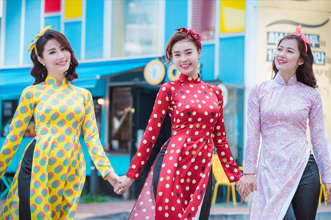 Qua từng thước phim trong Cô ba Sài Gòn, khán giả dễ dàng nhìn thấy hình ảnh của những quý cô tân thời trang các bộ áo dài mang hơi thở retro với họa tiết chấm bi xinh xắn. Đó cũng là một trong những mẫu thiết kế được nhiều nhà mốt trong nước yêu thích và luôn giới thiệu trong các bộ sưu tập của mình ở các dịp lễ Tết cổ truyền.