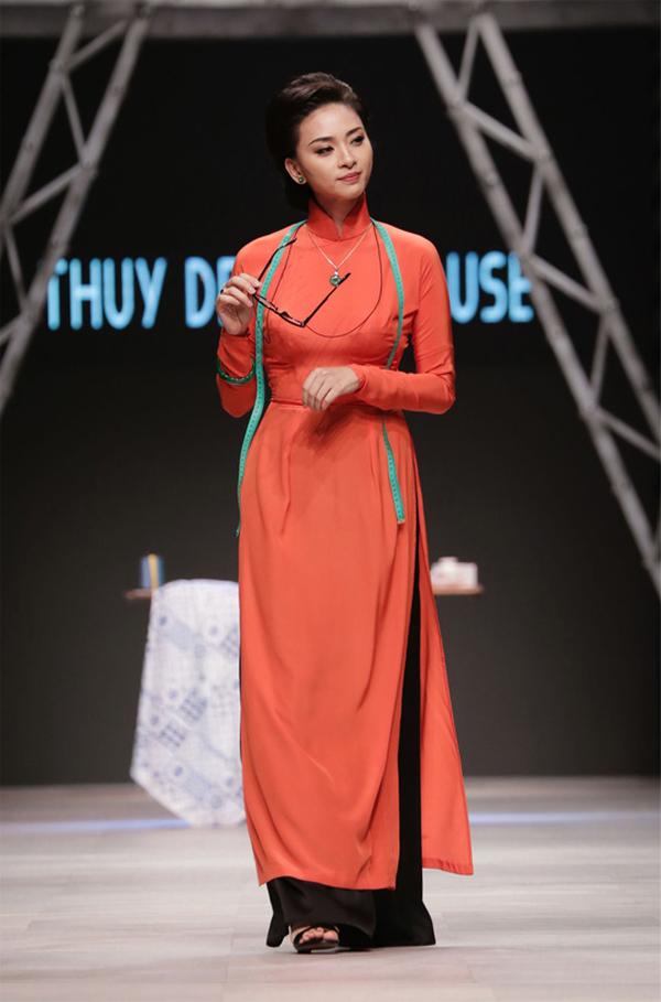 Vải lụa in hoa với hình ảnh thân quen và bình dị của tím hoa cà, vàng mỡ gà, xanh thiên thanh là nguyên liệu thường được sử dụng để tạo nên các mẫu áo dài cổ điển theo phong cách thập niên 60-70. Bên cạnh đó không thể không nhắc đến kiểu áo dài chít eo khoe vẻ đẹp thắt đáy lưng ong của phụ nữ Việt.