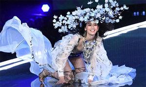 Ming Xi vấp ngã, Bella Hadid lộ đầu ngực ở Victoria's Secret Show 2017
