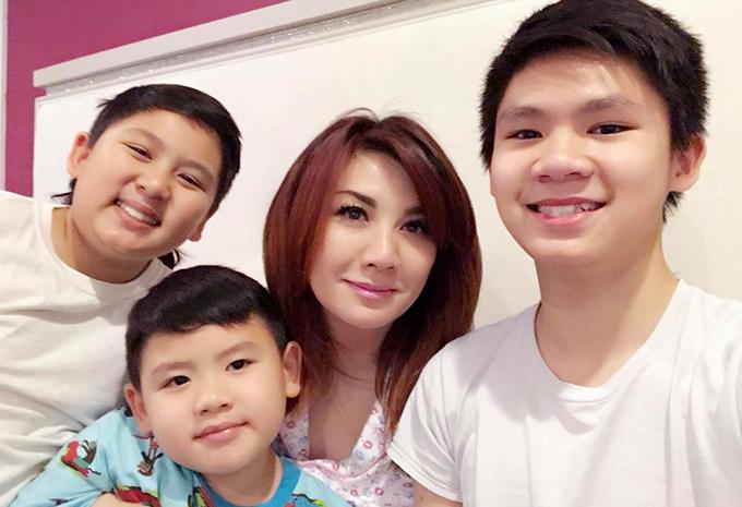 Vợ cũ và ba con trai của Bằng Kiều đăng ảnh để cảm ơn người xem đã ủng hộ video đánh đàn của con trai cả Beckham.