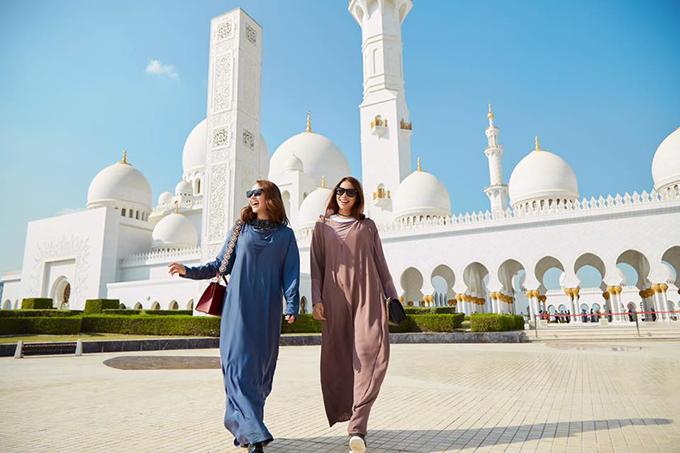 Minh Hằng và Phạm Hương tung tăng nắm tay nhau đi dạo ở Dubai.