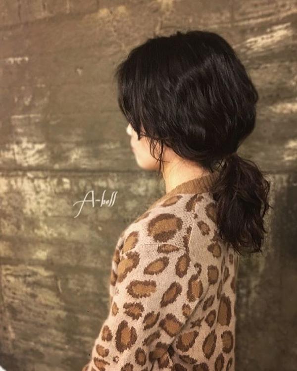 3. Hạn chế sử dụng nhiệt Các máy tạo kiểu dùng nhiệt có thể khiến lọn tóc xoăn nhanh duỗi, đồng thời làm tóc bị khô, xơ. Nên hạn chế sử dụng nhiệt để uốn tóc. Bạn có thể sử dụng lô cuốn hoặc tết tóc qua đêm để giữ lọn xoăn.