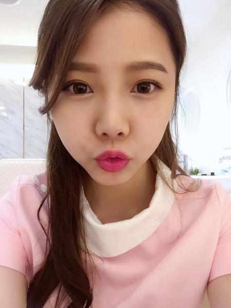 Ning Chen, một nữ y tá 25 tuổi đang làm việc ở phòng khám nha khoa Đài Loan, bất ngờ trở nên nổi tiếng  sau khi những hình ảnh Ning tự sướng trong bộ đồng phục màu hồng gây sốt trên mạng xã hội.