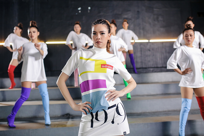 ho-ngoc-ha-khoe-vong-2-san-chac-vu-dao-dieu-luyen-trong-mv-dance-11