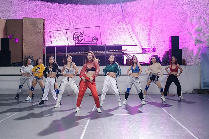 ho-ngoc-ha-khoe-vong-2-san-chac-vu-dao-dieu-luyen-trong-mv-dance-7